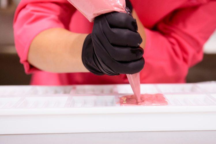 Proprio nella Chocolate Academy di Barry Callebaut sono stati svelati i segreti di come nasce il KitKat 'rosa senza trucco' ed eccezionalmente è stato preparato in maniera artigianale in uno show cooking total pink.